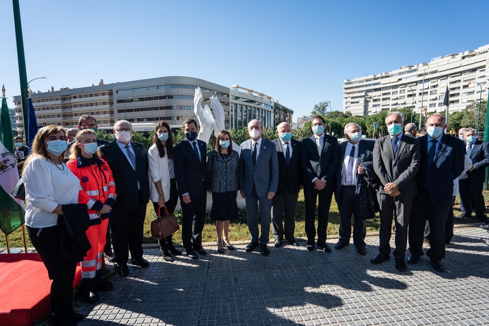 El presidente andaluz ha asistido en Málaga a la inauguración de la escultura homenaje dedicada a todos los que dan lo mejor de sí mismos para hacer frente a la Covid-19